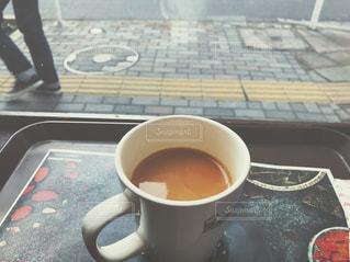 テーブルの上のコーヒー カップの写真・画像素材[1082976]