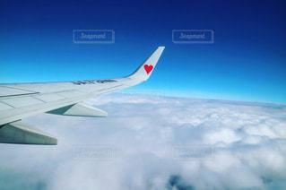 空を飛んでいる飛行機の写真・画像素材[1082977]