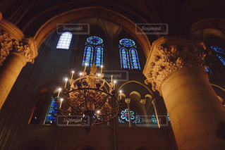 ノートルダム大聖堂のステンドグラスの写真・画像素材[2303500]