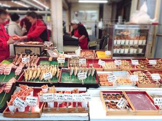 屋台に並ぶ新鮮な魚🐟の写真・画像素材[2303519]