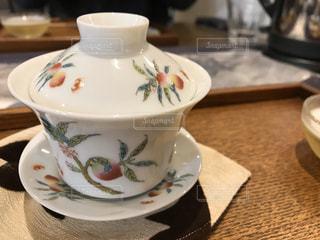 テーブルの上で烏龍茶を一杯の写真・画像素材[2899853]