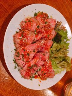 肉と野菜をトッピング白プレートの写真・画像素材[845964]