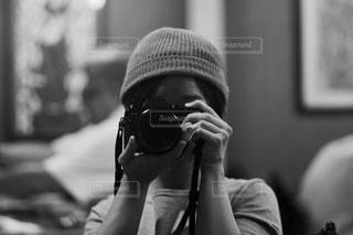 カメラを構える女性の写真・画像素材[846055]