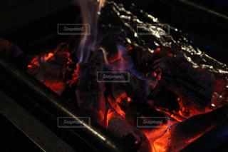 キャンプの炭火の写真・画像素材[846099]