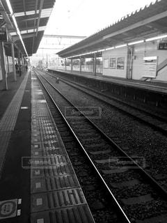 下り列車を走行する列車を追跡駅のそばの写真・画像素材[847304]