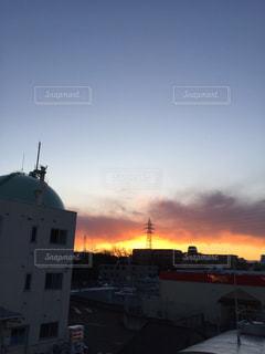 街に沈む夕日の写真・画像素材[997108]