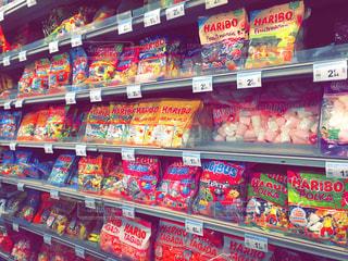 パリのスーパーのお菓子売り場の写真・画像素材[847620]