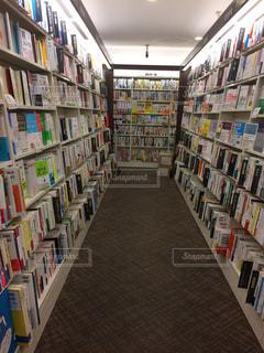本棚の本でいっぱいの部屋の写真・画像素材[847193]