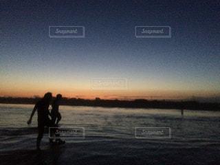 夕日ビーチで、はしゃぐの写真・画像素材[851898]