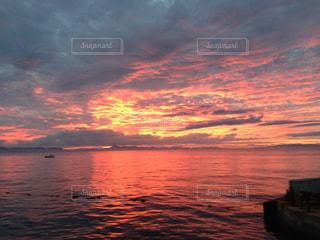 水の体に沈む夕日の写真・画像素材[849675]