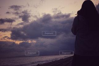 どんより雲とカメラ女子 - No.878295