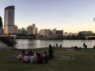 水の体の横に立っている人のグループの写真・画像素材[847957]