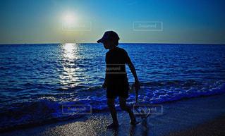 少年と海の写真・画像素材[858608]