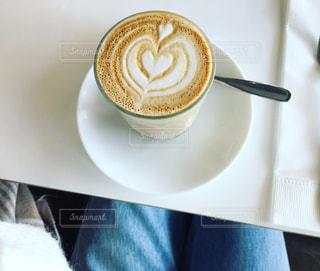 テーブルの上のコーヒー カップの写真・画像素材[848559]
