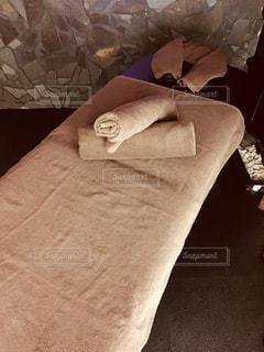 大きなベッドの部屋に座っています。の写真・画像素材[986879]