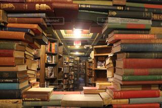 書店の棚の横のテーブルにチラシのスタックの写真・画像素材[856183]