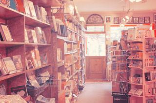 部屋の家具や本の棚でいっぱいの写真・画像素材[857467]