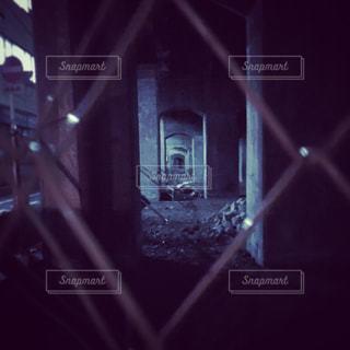 近くの暗闇の中で座っているライトポールの写真・画像素材[849852]