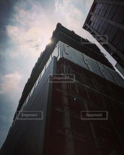 建物の側に時計と大きな背の高い塔の写真・画像素材[849865]