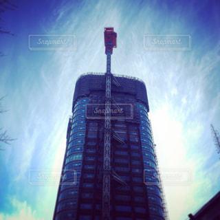 空の背景を持つ大規模な背の高い塔の写真・画像素材[849875]