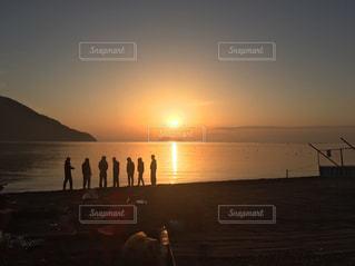 水の体に沈む夕日の写真・画像素材[849913]