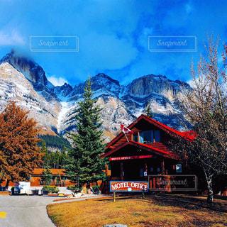 背景の山の家の写真・画像素材[850133]