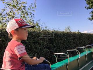 子供列車に乗る男の子の写真・画像素材[853073]