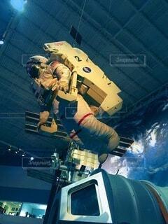 スロープでスケートボードに乗っている間に空中を飛ぶ人の写真・画像素材[3823695]