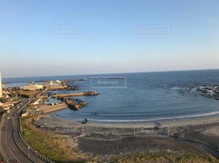 水の体の横にあるビーチの景色の写真・画像素材[850687]