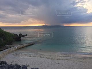 水の体の横にある砂浜のビーチの写真・画像素材[850881]