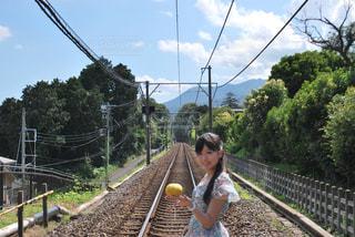 黄色の柵を握っている手の写真・画像素材[858458]
