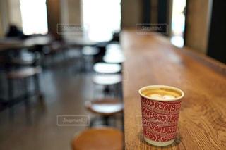 テーブルの上のコーヒー カップ - No.1124755