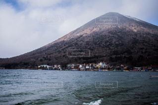 中禅寺湖の向こうにそびえ立つ男体山 - No.926337