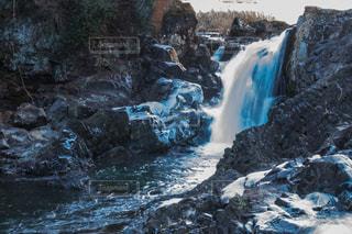 滝の隣に雪の山 - No.942963