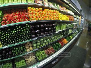 さまざまな果物や野菜の店で展示の写真・画像素材[851081]