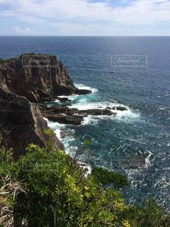 水の体の真ん中に岩の島の写真・画像素材[851115]