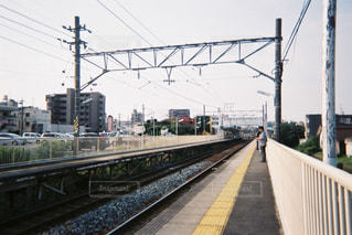 下り列車を走行する列車を追跡駅のそば - No.851279