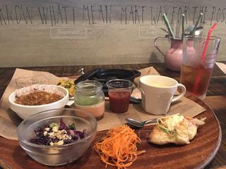 テーブルな皿の上に食べ物のプレートをトッピングの写真・画像素材[853316]