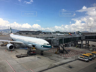 空港で駐機場に止まっている飛行機の写真・画像素材[851831]