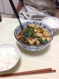 テーブルの上に食べ物のボウルの写真・画像素材[904292]
