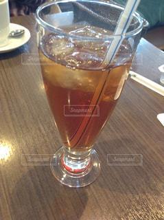 テーブルの上のビールのグラスの写真・画像素材[1114796]