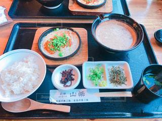 テーブルの上に食べ物のボウルの写真・画像素材[852004]
