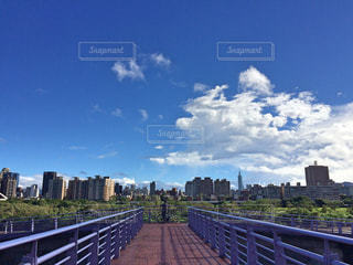 バック グラウンドで市と水の体の上の橋の写真・画像素材[852175]