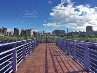 街を見下ろすベンチの写真・画像素材[852176]