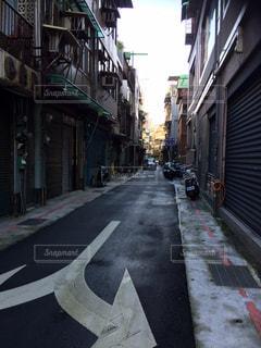 狭い街の通りの写真・画像素材[852243]