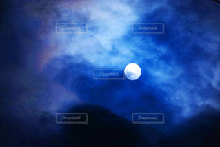 冬の夜のお月様の写真・画像素材[915263]