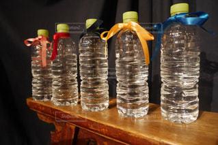テーブルの上の水のボトルの写真・画像素材[1530366]