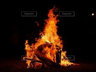 暗闇で燃える炎の写真・画像素材[1530369]