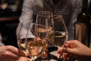 ワインのグラスを持っている手の写真・画像素材[2135605]
