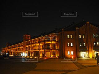 建物は夜ライトアップの写真・画像素材[877025]